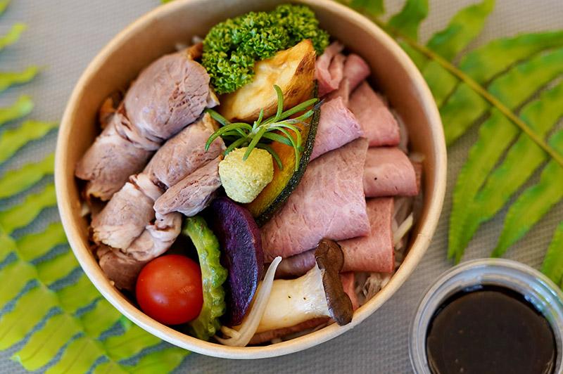 マハイナ特製ローストビーフ&ポークやんばる焼き野菜添え