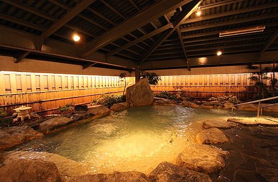 宿泊者が無料で利用できる岩風呂